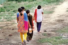 गांव कोई भी हो, अलसुबह की ये तस्वीर नहीं बदल रही। फोटो- indiawaterportal.org