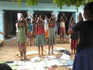 बरपा, औरंगाबाद के ज्ञानोदय स्कूल में योग करते बच्चे। फोटो सौजन्य- ढाई आखर