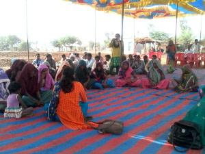 झाबुआ के डुंगरा धन्ना गांव में पहली-पहली ग्राम सभा!- फोटो- राकेश मालवीय