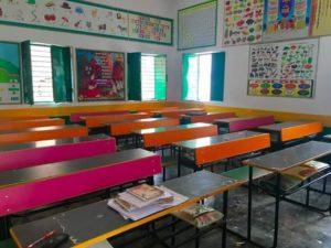 स्कूल के सभी पंखे और लाइट सौर ऊर्जा से चलते हैं।