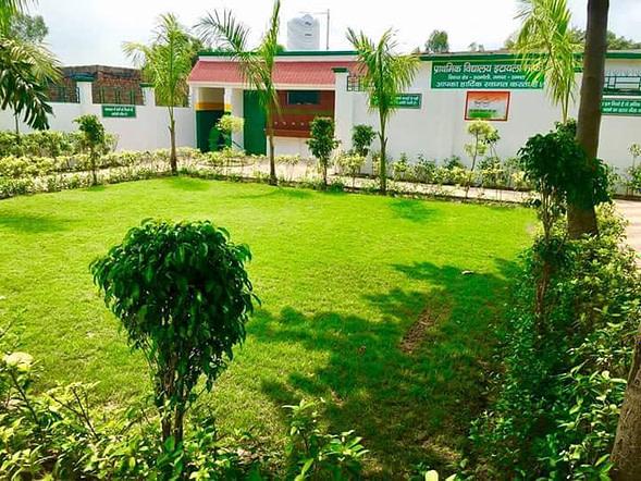 स्कूल की इमारत, परिसर में साफ-सफाई और ढांचागत सुविधाएं तय मानकों से कहीं ज़्यादा बेहतर हैं।